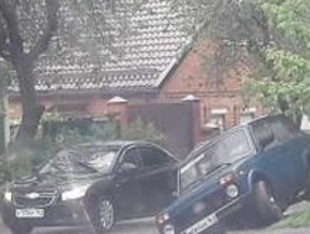 Автомобиль провалился в дождевую ловушку при попытке объехать по бордюру светофор в Ростове