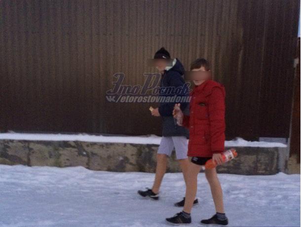 Школьники в шортах на морозной улице Ростова удивили горожан и попали на фото