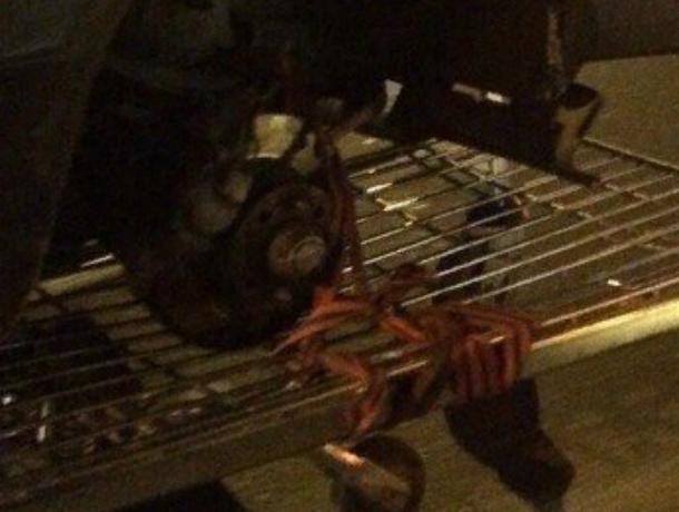 Водитель «Жигулей» использовал тележку из супермаркета в качестве запасного колеса в Ростове
