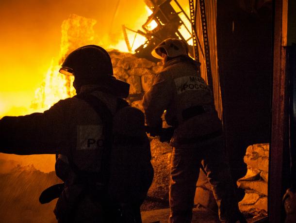 Три человека погибли вовремя пожара в личном доме вРостовской области
