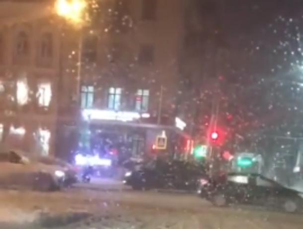 Пытавшаяся «обмануть судьбу» автохамка перегородила дорогу трамваю по встречке в Ростове на видео