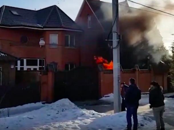 Тушение загоревшейся машины в Ростове снял на видео журналист «Блокнота»
