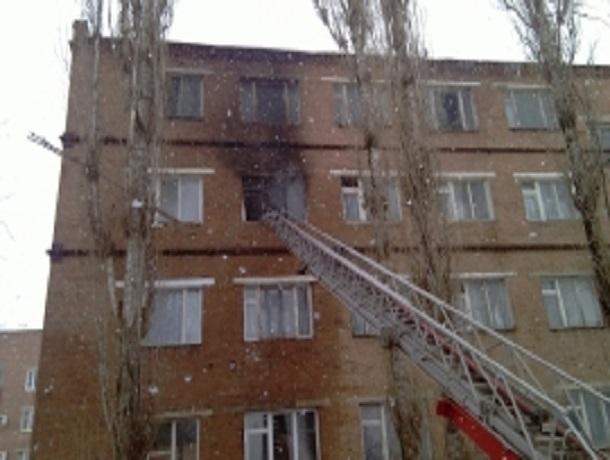 В общежитии технического училища Сальска произошел пожар из-за короткого замыкания холодильника