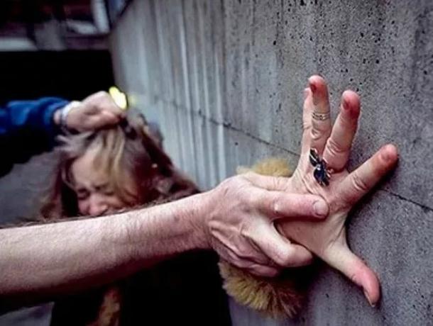 Жительницу Ростова безжалостно изнасиловал натротуаре шофёр Мазда