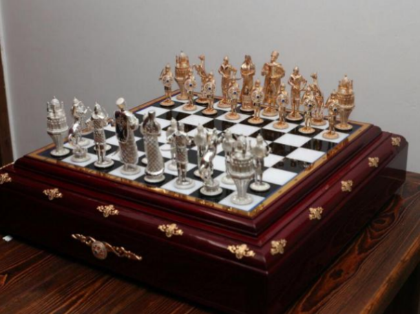 Пешка за 34 тысячи рублей: ростовчанин продает уникальные шахматы из серебра