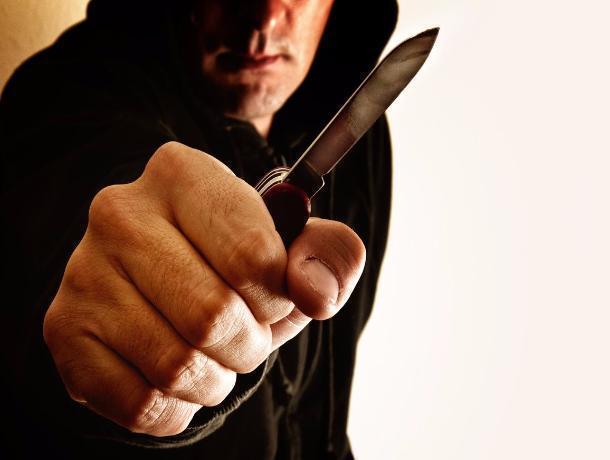 Батайчанин, угрожая ножом продавцу, ограбил магазин