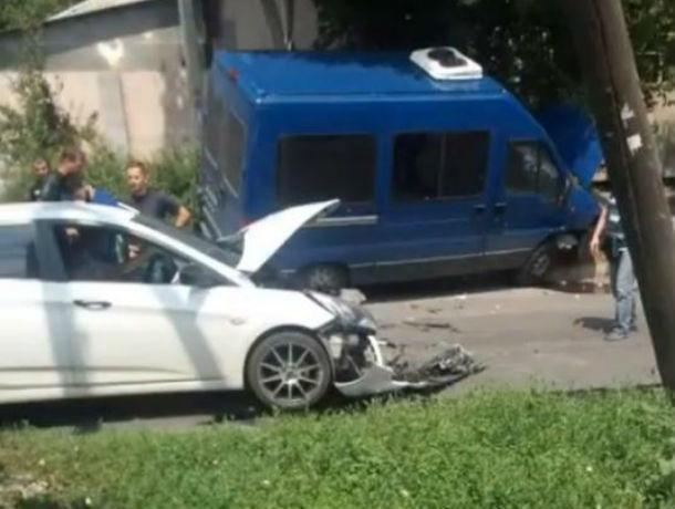 В Ростове иномарка протаранила на скорости микроавтобус