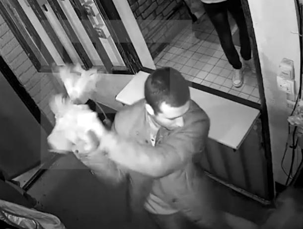 ВРостове прежний налоговик избил арт-объектом мать владельца известного бара