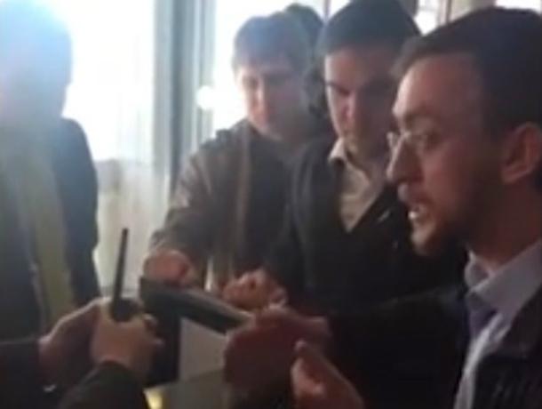 Скандал из-за задержки рейса вДомодедово попал навидео