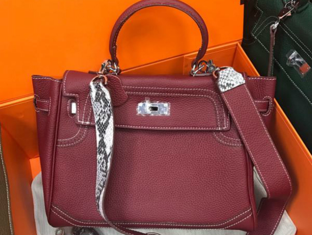 Контрафактные сумочки иобувь выявлены вростовском коммерческом центре