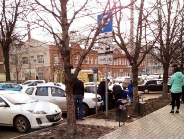 Припарковавшийся у обочины водитель иномарки попал под колеса фуры в центре Ростова
