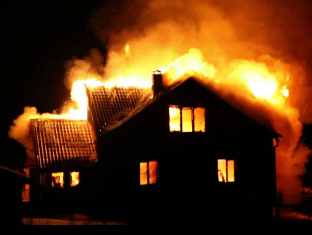 В пылу ссоры женщина сожгла дом соседки в Ростове