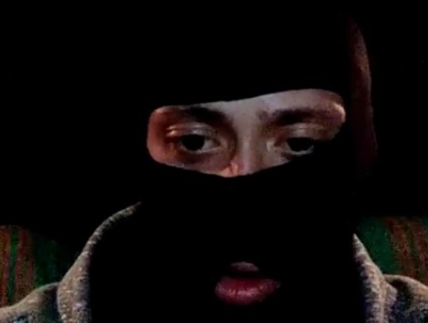 Человек в маске записал на видео эмоциональное обращение с требованием отставки прокурора Шахт