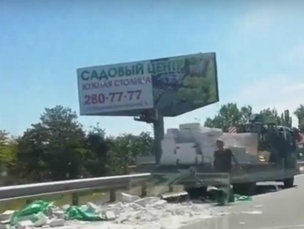 Рассыпавшийся по дороге грузовичок со стройматериалами попал на видео под Ростовом