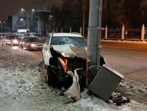 Таран столбу устроил коварно подрезанный Mercedes на скользкой дороге Ростова