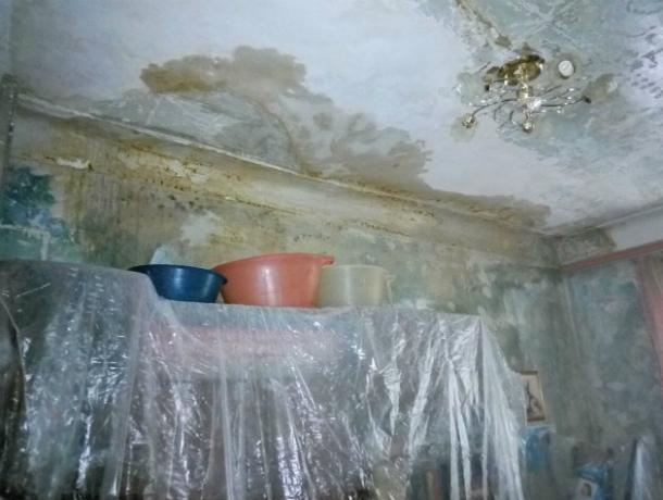 В центре Ростова жильцов бросили зимовать в квартирах с плесенью и грибами в доме без крыши