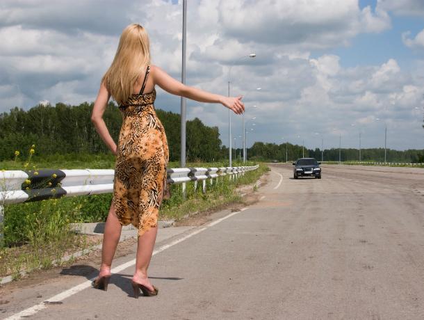 Вечно избитая беременная женщина разводит автолюбителей на трассе Ростовской области
