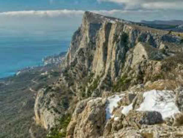 Семь часов доставали спасатели сорвавшегося со скалы в Крыму ростовского альпиниста