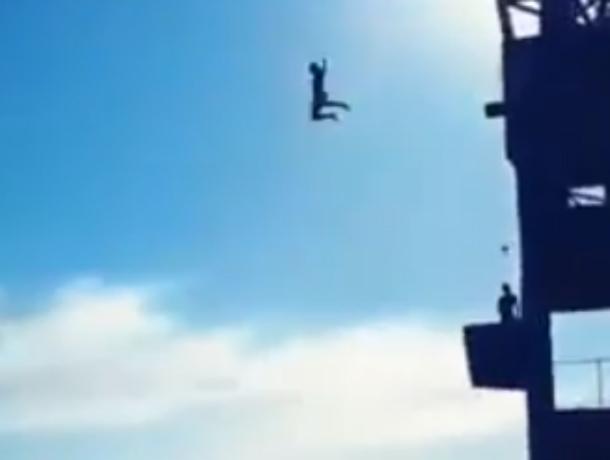 Смертельно опасные водные развлечения ростовчан на старой крыше крупозавода попали на видео