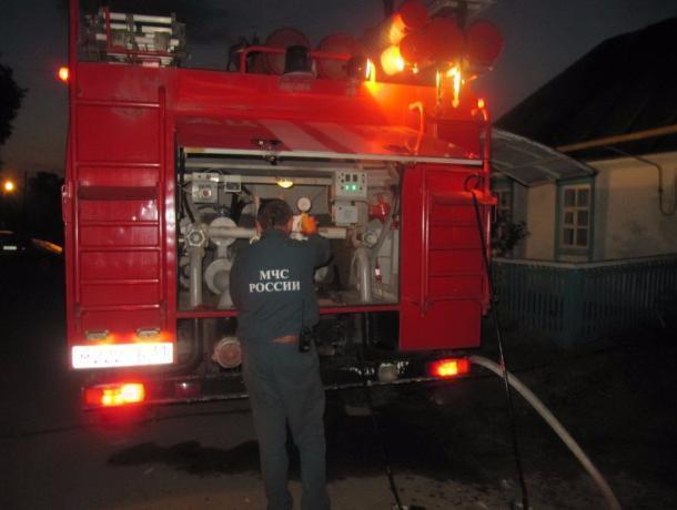 Мощный пожар площадью практически 100 квадратных метров тушили ночью вРостове
