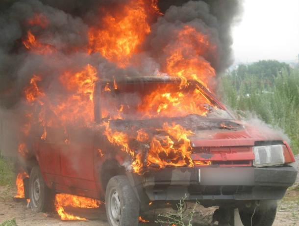 Отечественная легковушка загорелась на ходу вместе с водителем под Ростовом