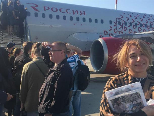 Алена Апина прилетела в Ростов в компании неожиданно трезвого оркестра