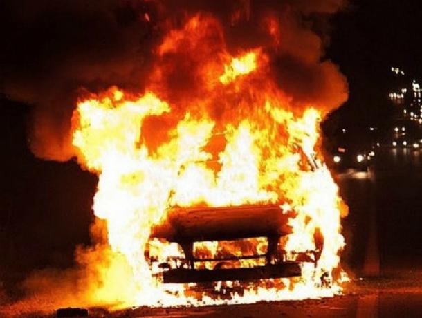 Припаркованная в центре Ростова иномарка полыхнула как факел