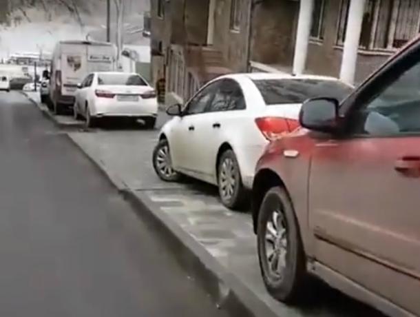 На новеньких тротуарах в центре города ростовские автомобилисты оборудовали бесплатную парковку