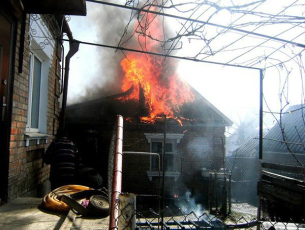 Мужчина сгорел заживо в своей маленькой летней кухне в Ростовской области