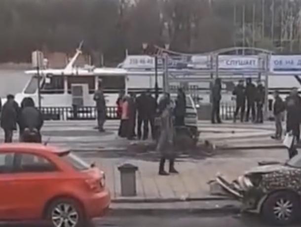 Легковушка без тормозов чудом избежала падения в Дон на набережной Ростова