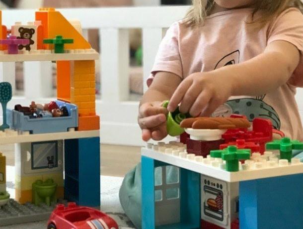 Маленькая девочка едва не задохнулась, играя с конструктором «Лего» в Ростове