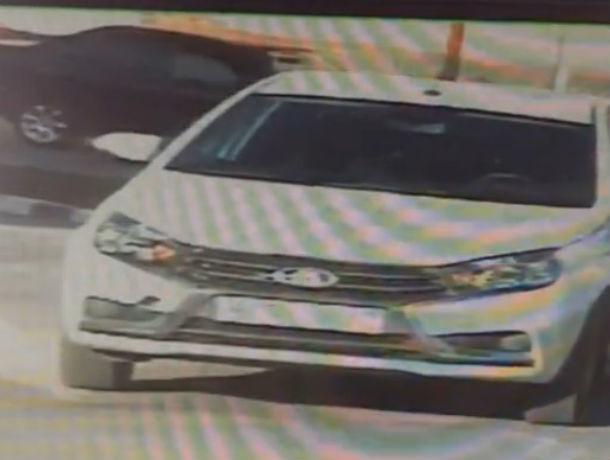Алчный человек-невидимка попытался выкрасть автомобиль у невнимательного владельца на видео в Ростове