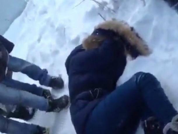 Очнулся на снегу в толпе прохожих молодой мужчина после встречи с хулиганами в Ростове