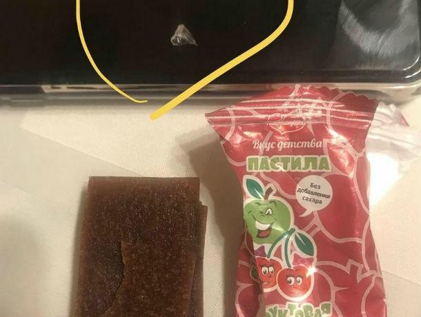 Кусок битого стекла обнаружила в конфете ребенка взбешенная ростовчанка