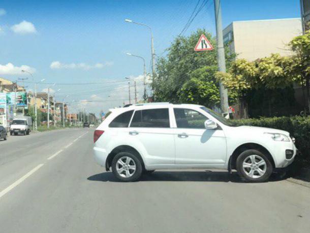 «Сбежавшую» с парковки иномарку поймали на фото жители Таганрога