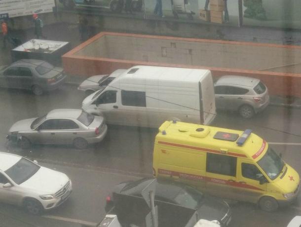 Вцентре Ростова-на-Дону иностранная машина врезалась вреанимобиль, который перевозил нездорового