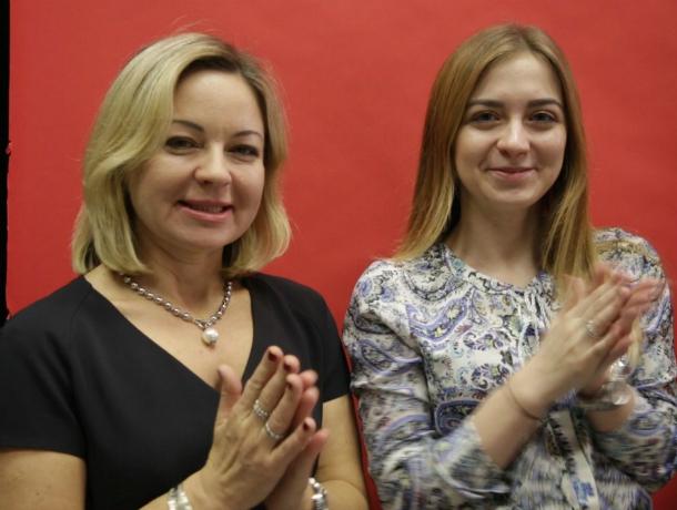 Счастливые улыбки удивленных победительниц конкурса «Я и моя мама!» попали на видео