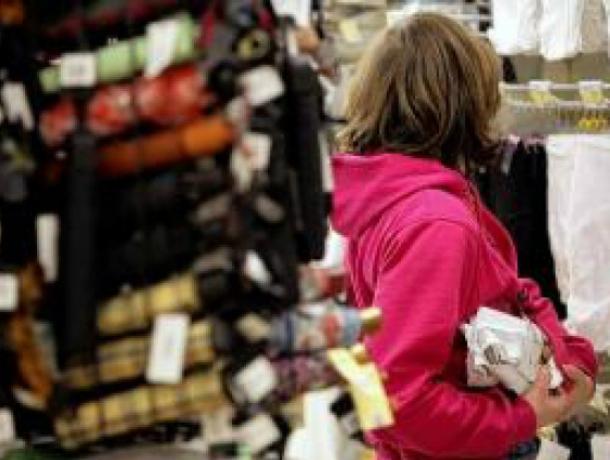 ВРостовской области девушка украла одежду измагазина, надев еенасебя