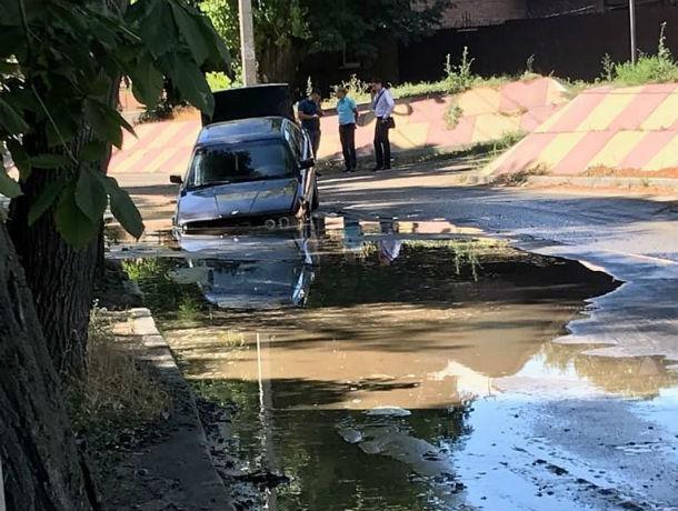 Бездонная яма-монстр поглотила автомобиль невозмутимого водителя в центре Ростова