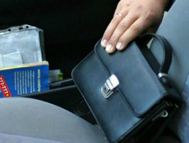 Ушлый ростовский автовор украл полмиллиона рублей из машины в Воронеже