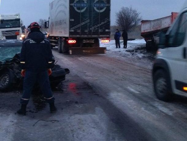 Обгонявший автомобили по встречке водитель «Лады» покалечил себя и пассажира под Ростовом