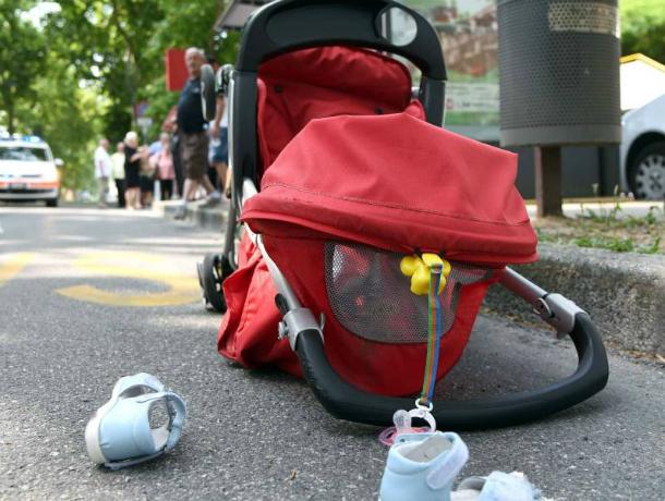 Женщина с коляской попала под колеса иномарки на пешеходном переходе в Ростовской области