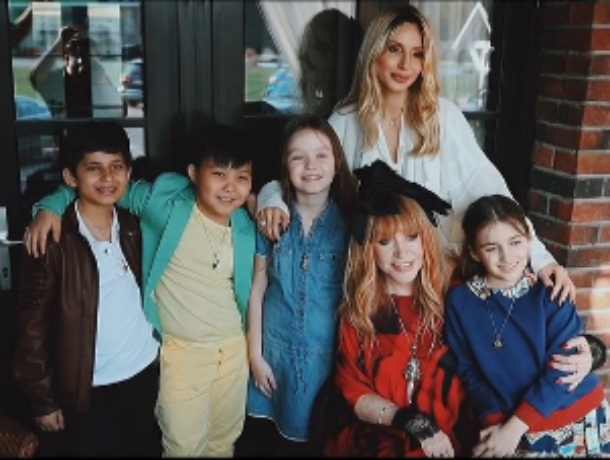 Алла Пугачева наградила юного участника шоу «Голос.Дети» ростовчанина Роберта Багратяна