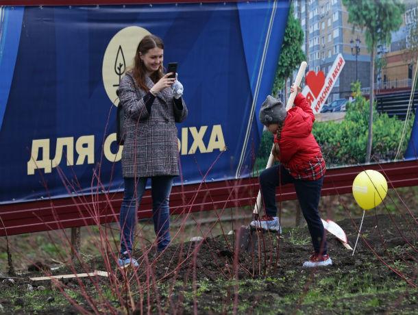 В День древонасаждения в микрорайоне «Красный Аксай» высадили более 150 молодых деревьев
