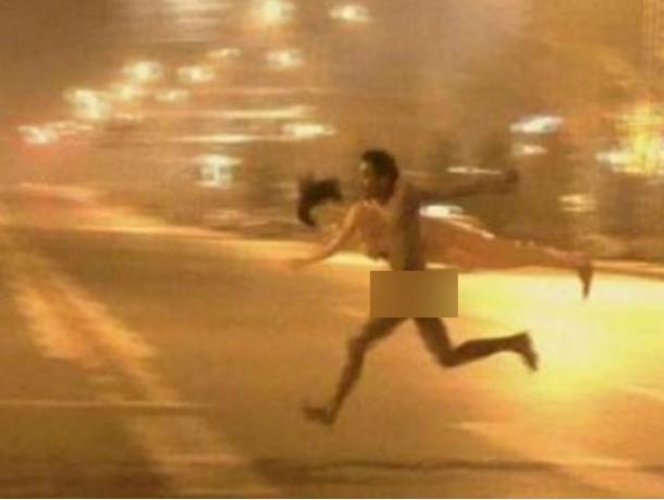 Озверевший от алкоголя мужчина в нижнем белье рычал на собак и прохожих на площади Ростова
