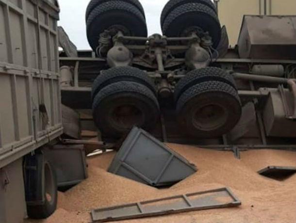 В Ростовской области на трассе перевернулся грузовик с зерном