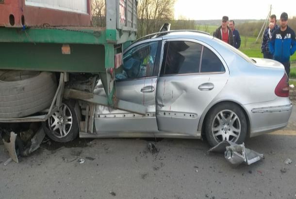 На трассе М-4 «Дон» «Мерседес» врезался в грузовик, есть погибшие