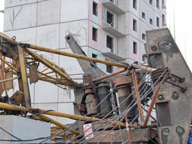 Башенный кран не смог устоять перед шквалистым ветром и рухнул на стройплощадку в Ростове