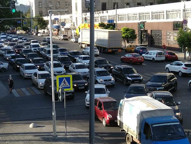 Девятибалльные пробки сковали ростовские улицы в конце рабочего дня