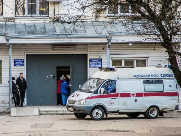 Многочисленные травмы получил мужчина, работавший с бензопилой в Ростовской области
